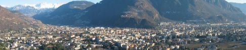 1 - Panorama.- Bolzano è una delle due province della regione Trentino Alto Adige circondata da bellissime montagne e situata alla confluenza dei fiumi Isarco e Adige. Storicamente Bolzano fu una colonia militare romana e successivamente una contea longobarda. Nel Medioevo era conosciuta col nome di Bauzanum e contesa tra i duchi di Trento e quelli di Baviera: nel 1027 andò sotto il dominio dei duchi di Trento e divenne un fiorente centro di scambio con il Tirolo. Nel XVI secolo passò sotto il Tirolo e quindi sotto il dominio Asburgico e in età napoleonica fu annessa alla Baviera. Dopo la prima guerra mondiale tornò a far parte dell'Italia ma durante l'occupazione tedesca venne di nuovo distaccata dal nostro paese (a cui si ricongiungerà solo più tardi) insieme a tutta la regione dell'Alto Adige.
