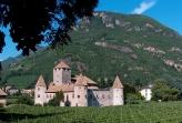29 -Bolzano_castel_mareccionel-cuore-di-bolzano-avvolto-vigneti-si-puc3b2-ammirare-castel-mareccio-uno-dei-pochi-castelli-posto-in-pianura-e-privo-di-difese-naturali.