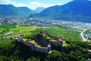 """30- Castel Firmiano e sullo sfondo la città - Splendida cornice per la sede principale del circuito museale denominato Messner Mountain Museum, il Castel Firmiano si trova in un'area suburbana a sud-ovest della città di Bolzano. Il maniero risulta citato per la prima volta con l'appellativo """"Formicaria"""", poi Formigar, già intorno al 945, in seguito si ha notizia che nel 1027 venne affidato al vescovo di Trento dall'imperatore Corrado II."""
