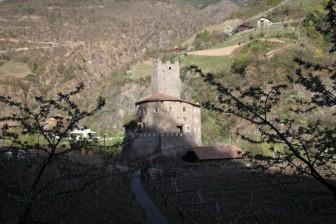 44 -Castel Novale- Castel Novale (Sill) a Bolzano si trova all'inizio della strada della Val Sarentino. Poco prima si trova Castel Roncolo. Nelle vicinanze si trova la pista da ghiaccio Sill.