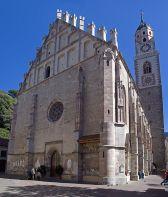 53- Merano. La chiesa di San Nicolò o Duomo di Merano (in tedesco Pfarrkirche St. Nikolaus) a Merano è la chiesa parrocchiale del centro cittadino e principale edificio religioso della città.Si tratta di una chiesa a sala in stile tardogotico, consacrata nel 1465. Il campanile alto 83 metri è uno dei maggiori dell'Alto Adige.