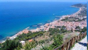 110 - Castellabate, la cui popolazione ammonta a 8.359 abitanti, si trova sulla costiera cilentana e il suo territorio rientra completamente nel parco nazionale