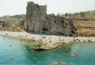 93 -Il-castello-di-Roseto Capo Spulico e spiaggia