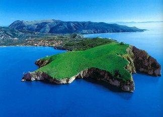 127 - Incastonata nel verde che sovrasta lo spettacolare panorama costiero di Capo Palinuro