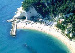 57- Un'incantevole spiaggia di ghiaia incastonata in una delle baie di Sirolo la perla delle Marche