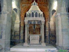 43- Capestrano, chiesa di S. Pietro ad Oratorium il ciborio duecentesco e il ciclo di affreschi del XII secolo.