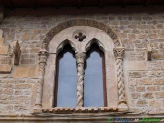 42- Poggio Picenze-La stupenda bifora sulla facciata di una casa medievale.