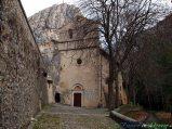 36- Paganica- frazione dell'Aquila il Santuario della Madonna d'Appari (XIII sec.), stretto tra la roccia e il torrente Raiale. La chiesa ha le pareti interne e la volta ricoperte da affreschi.