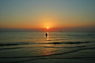 36 - Passeggiata in mare sulla spiaggia di Rimini all'alba