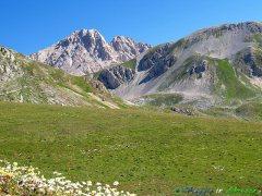 33- L'altopiano Campo Imperatore (1.800-2.150 m. s.l.m.), soprannominato il piccolo Tibet. è visibile il versante aquilano della vetta del Corno Grande (2.912 m.), ap