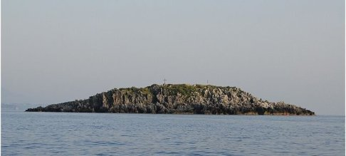 35 - Maratea - isola di Santoianni.Numerose e caratteristiche le spiagge costiere, di fronte ad una delle quali emerge l'isola di Santo Janni- L'isola di Santo Janni è lunga 200 metri, e nel punto di massima larghezza raggiunge gli 80 metri. Lo sperone roccioso più alto misura 18 metri sul livello del mare. L'isola si trova a circa 500 metri dal promontorio dei Ilicini, presso Marina di Maratea. L'isola di Santo Janni, insieme alla più piccola isola detta La Matrella (nell'immagine a sinistra) e agli scogli ad essa circostanti, costituisce il cosiddetto arcipelago delle isole itacensi di Maratea