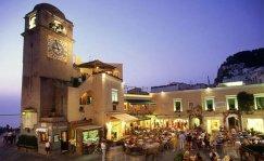 31 .La Piazzetta è il cuore del comune di Capri, un luogo incantato che è diventato il centro mondano dell'isola