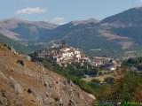 26 - Il borgo fortificato di Castel di Ieri.