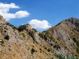 16- La magica Castrovalva perennemente in equilibrio sullo strettissimo crinale roccioso che la sorregge da secoli. L'antico borgo medievale fortificato, a strapiombo sul fiume Sagittario