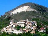 13- -Cocullo (897 m. s.l.m., circa 190 abitanti). Il borgo è celebre in tutto il mondo per la festa di S. Domenico (1° giovedì di Maggio), con il suggestivo rito dei serpari.