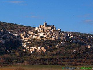 12- Capestrano-L'antichissimo borgo (465 m. s.l.m., circa 780 abitanti), dominato dall'imponente castello Piccolomini (XV sec.).