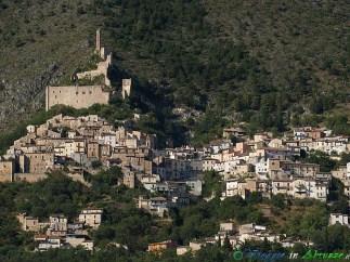 9- Roccacasale-Le rovine del castello-recinto medievale dominano il borgo (450 m. s.l.m., circa 610 abitanti), nel Parco Nazionale della Majella.