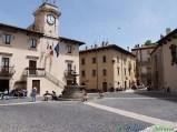 7 -Pescocostanzo (1.395 m. s.l.m., circa .100 abitanti), I Borghi più Belli d'Italia, nel Parco Nazionale della Majella Piazza del Municipio.