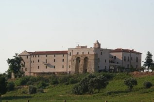 10 - Policoro- Castello - Il castello di Policoro, già di proprietà del conte Nicola Serra tra il 1868 e il 1870, fu in parte ristrutturato da Giulio Berlingieri, barone di Policoro nel 1907, che fece apporre lo stemma di famiglia sul portone d'ingresso.