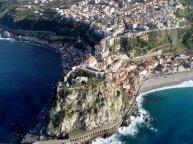 72 -Scilla - In uno dei punti in cui la costa calabra più si avvicina a quella siciliana sorge Scilla, ridente e stupenda cittadina balneare, apprezzata per le bellezze naturali e per il clima sempre mite.
