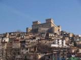 61 -La possente mole del Castello Piccolomini (XIV-XV sec.) domina l'abitato di Celano , nel Parco Regionale Sirente-Velino.