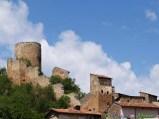 57 -L'antico castello di Fossa domina il sottostante borgo.