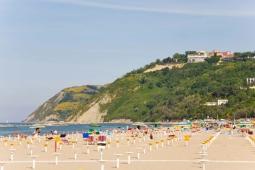 7 - Gabicce Mare- panoramica-spiaggia- sullo sfondo-La Baia degli Angeli, oggi nota come Baia Imperiale, è una famosa discoteca Italiana. Si trova sulle colline sopra Gabicce Mare, al confine tra le province di Rimini e di Pesaro,