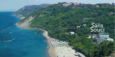 9 - Gabice - hotel Gabicce Mare. Immerso nel verde direttamente sul mare. Di recentissima costruzione, l'Hotel Sans Souci è situato sul mare in prossimità del centro