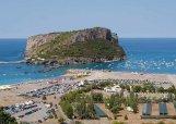 3 - Praia a Mare, famosa per la sua isola di Dino, un fazzoletto di terra in mezzo all'acqua, affascinante per le sue grotte marine.
