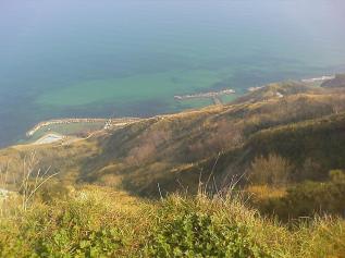 10,1 - Cateldimezzo. La spiaggia di Casteldimezzo è la più selvaggia perchè la meno frequentata, è una piccola spiaggietta costituita da qualche insenatura composta unicamente da ciotoli. Dista dall'agriturismo circa 2km, ed è raggiungibile in auto o a piedi tramite una strada asfaltata dal parco naturale di San Bartolo, caratterizzata da tornanti ripidi e stretti a picco sul mare.