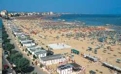 52 - La spiaggia a Cattolica. Protetta dalle ultime colline dell'Appennino Marchigiano, Cattolica è l'ultimo insediamento emiliano romagnolo.