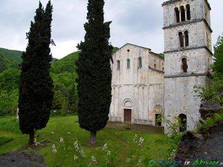 12- Majella-La storica abbazia di S. Liberatore (IX-XI sec.), una delle chiese medievali più importanti d'Abruzzo, nel Parco Nazionale della Majella.