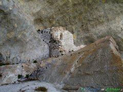 15- Palombaro, nel Parco Nazionale della Majella i resti dell'antico romitorio (XI-XII sec.) all'interno della grotta di S. Angelo.