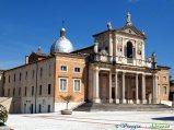 39- prov. Teramo-Isola del Gran Sasso il Santuario di S. Gabriele . Nell'antica Basilica, fondata da S. Francesco d'Assisi nel 1215,conserva le reliquie del Patrono d'Abruzzo e Santo dei giovani.