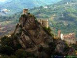 7 - Roccascalegna, Il fiabesco castello medievale e la chiesa di S. Pietro (XIII sec. (XI sec.).