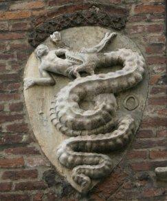 2 -Il biscione presente nello stemma dei Visconti sull'Arcivescovado, è diventato uno dei simboli della città di Milano