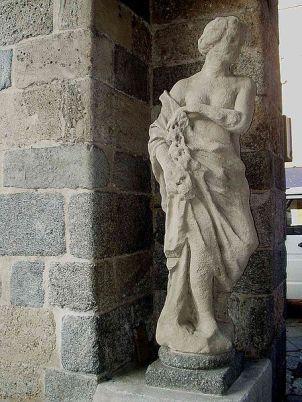 19 - Monza- Arengario- statua antica sotto i portici in piazza Roma