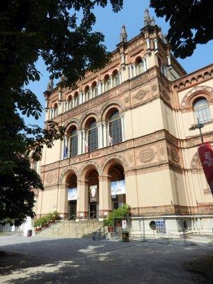 77 -Milano. Il Museo civico di storia naturale di Milano è stato fondato nel 1838, ed è uno dei più importanti musei naturalistici d'Europa. ha sede in un palazzo edificato tra il 1892 e il 1907, su progetto dell'architetto Giovanni Ceruti (1842-1907), all'interno dei Giardini Pubblici di Porta Venezia, dove già risiedeva dal 1863 nella residenza settecentesca di Palazzo Dugnani