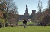 41 -Milano. Il Parco Sempione è una zona verde della città di Milano. Realizzato a fine Ottocento sull'area già occupata dalla piazza d'armi, occupa un'area di 386 000 m², completamente cintata e videosorvegliata. Inizia a ridosso al Castello sforzesco e al suo interno ci sono l'acquario, la Torre Branca e il Palazzo d'arte.