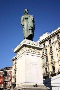95 -Statua di Giuseppe Parini in Piazza Cordusio a Milano