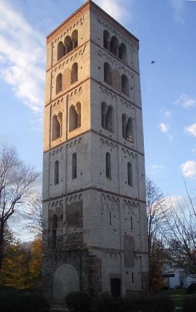20 - Ivrea- La torre di Santo Stefano fu il campanile dell'omonima abbazia benedettina dell'XI secolo, costruita per volere del vescovo Enrico.