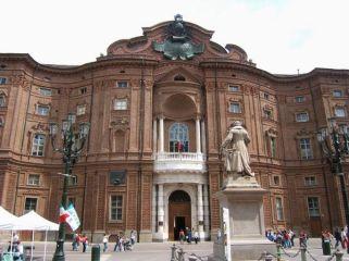 6- Torino-Il Palazzo Carignano è un edificio storico che rappresenta uno dei più pregevoli esempi di architettura barocca. È costituito da due diversi corpi di fabbrica ed è situato nel centro di Torino.