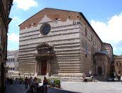 3-Perugia. Cattedrale-San-Lorenzo. I lavori per la costruzione della Cattedrale intitolata a San Lorenzo, uno dei Santi patroni della città, iniziarono nel 1345 e si conclusero nel 1490. Sia la fiancata laterale che la facciata principale, però, sono rimaste incomplete. La fiancata laterale si affaccia sulla Fontana Maggiore, e una trama geometrica di rombi di marmo rosa e bianco ne decora solo il lato inferiore. La facciata principale, invece, si affaccia su Piazza Danti ed è caratterizzata da un portale barocco del 1729.