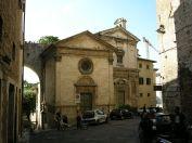 30- -Perugia. Madonna_della_luce. chiesa costruita dal Comune nel 1513-19 sul luogo di un'immagine di devozione popolare. L'elegante facciata è aperta da un portale sormontato da lunetta e da un piccolo rosone adorno di festoni.