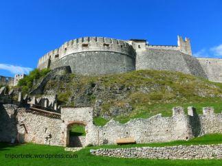 32- Prov. di Trento- Castel Beseno occupa un'intera sommità collinare dominando la Valle dell'Adige, tra Rovereto e Trento, e si raggiunge passando da Besenello