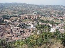 1 - Alle falde del Monte Ingino si adagia Gubbio, una delle più antiche città dell'Umbria come testimoniano le Tavole Eugubine, tra i più importanti documenti italici, risalenti all'incirca al II sec. a.C.