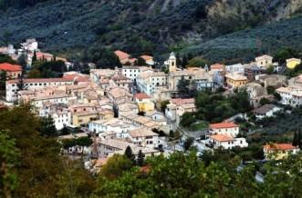 1-Foligno è la terza città dell'Umbria, si trova al centro della Valle Umbra ed è attraversata dal fiume Topino. Il comune di Foligno è un comune prevalentemente montano in provincia di Perugia, e conta 56.795.