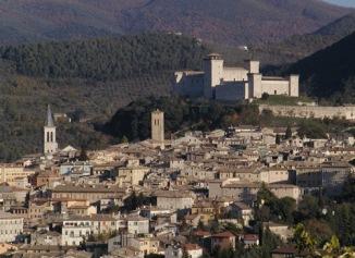 1- Panorama di Spoleto-sorge-presso-le-fonti-del-clitunno-sul-colle-santelia-alle-falde-del-monteluco-lambito-dal-torrente-tessino-nella-valle-umbria-