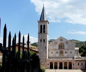 10-la-cattedrale-risale-alla-fine-del-xii-secolo-all_interno-numerose-opere-di-assoluto-rilievo-dalla-croce-dipinta-di-alberto-sotio-1187al-ciclo-dell_abside-con-storie-della-vergine.