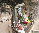 11 - Roccaporena-orto-del-miracolo--cascia.Poco distante dall'abitato vi è il piccolo orticello della Santa al quale si accede per un comodo viottolo; qui la tradizione vuole che nel gennaio 1447, fra la neve e il gelo, sbocciasse una rosa profumata e maturassero due fichi. L'orto è sovrastato da due scogli che formano una cavità entro la quale si trova il gruppo bronzeo dello scultore Maleci raffigurante S. Rita inferma, nell'atto di ricevere la rosa dall'anziana parente. L'orto è un luogo di intenso misticismo e di relazione con il sacro.